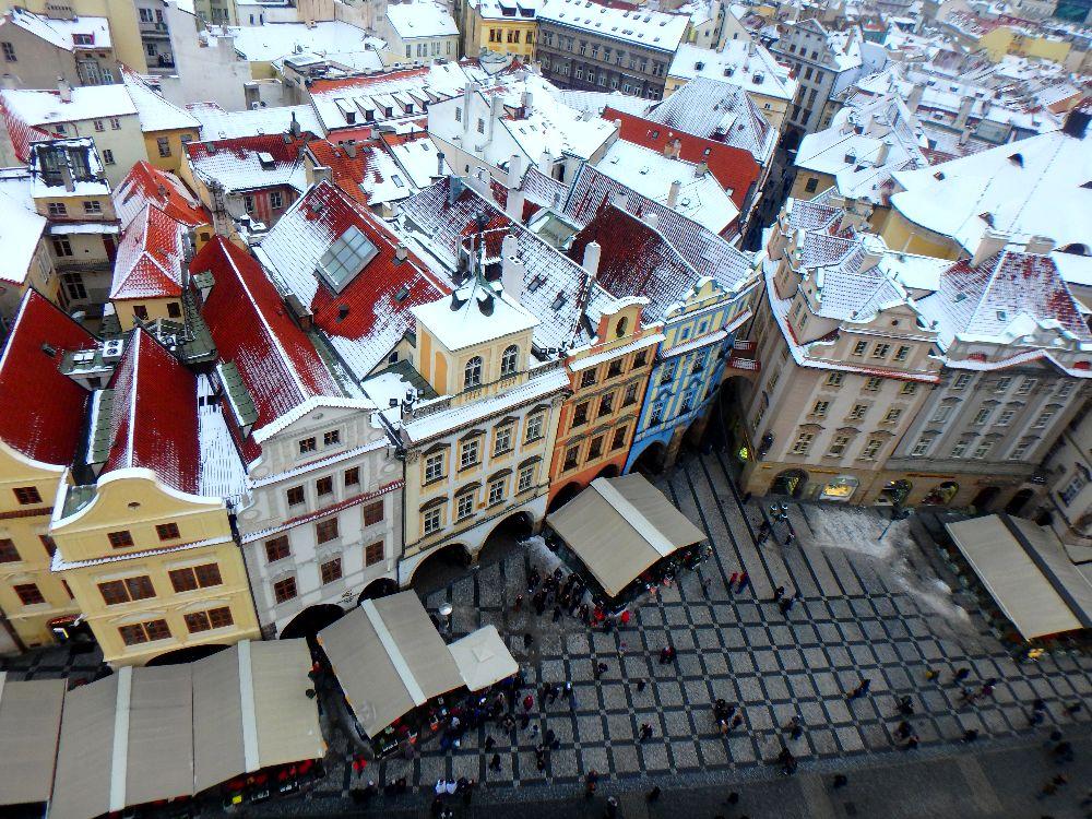 Vue Prague enneigée du haut de l'horloge astronomique