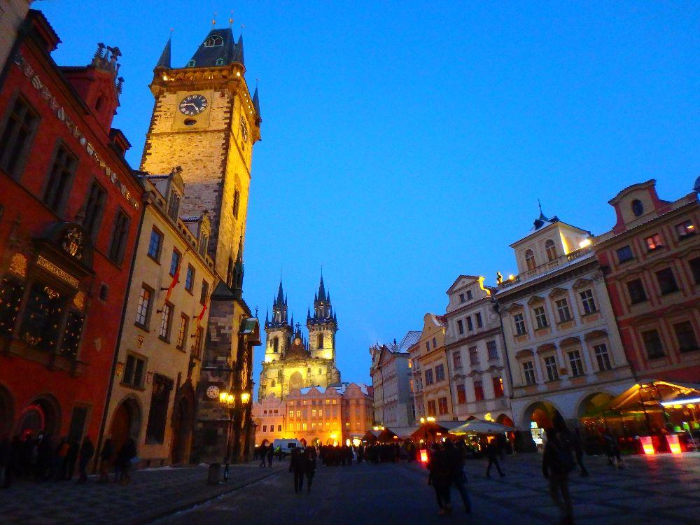 Vue de nuit de Staré Mesto à Prague avec la Cathédrale de Tyn et l'hôtel de ville
