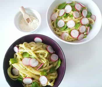 Linguines au pesto de persil, pois gourmands et radis