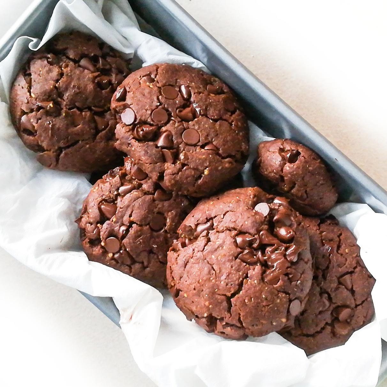 Des cookies tout chocolat, au beurre de cacahuète et à la fleur de sel, healthy et vegan