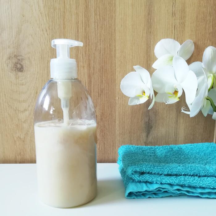Le savon pour les mains liquide maison au savon de marseille et au savon noir: nettoie, hydrate et exfolie la peau